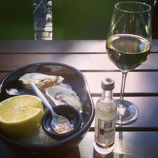 Brasserie Stadhuis - oyster and wine